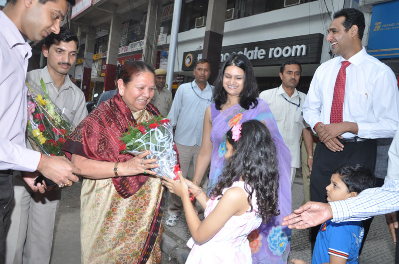 H.E., Smt. Urmila Singh,The Governor of Himachal Pradesh being welcomed while arriving to inaugurate Aura Skin Institute