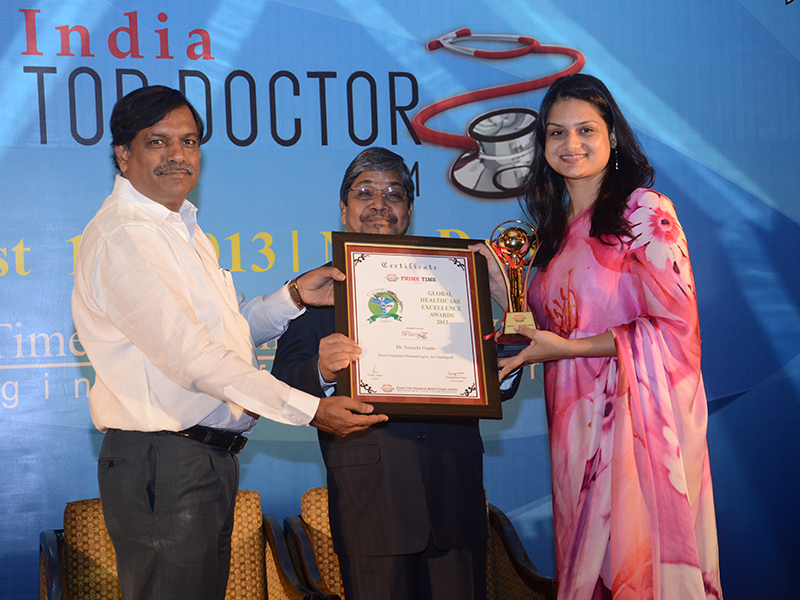 "Dr. Suruchi Garg receiving prestigious ""Global Healthcare Excellence Award 2013"" at New Delhi, India"